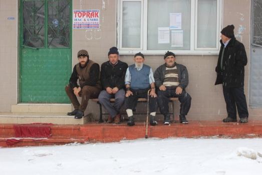 Bursa'da 91 yaşındaki adam sokakta kısa kollu gömlekle geziyor
