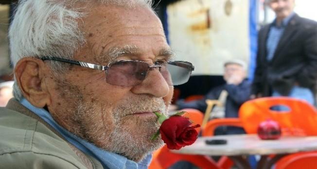 Bursa'da yaşlı adam 60 yıldır ağzında sigara yerine gül ile dolaşıyor