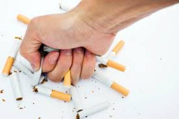 Sigara içme diyen doktorun arabasını parçaladı!