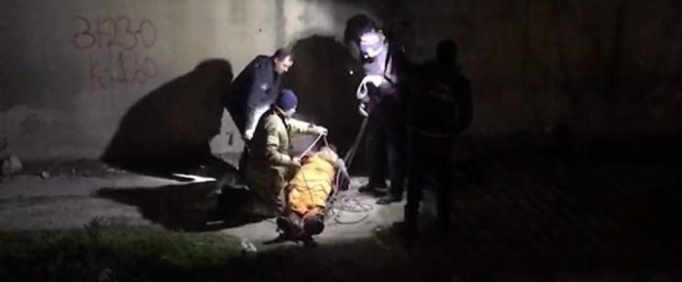 Afgan uyruklu genci dövüp dereye attılar