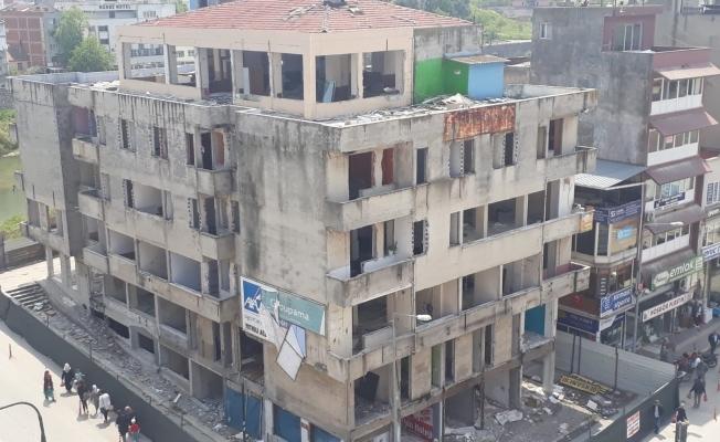 Mustafakemalpaşa'da belediye iş hanının yıkımına başlandı