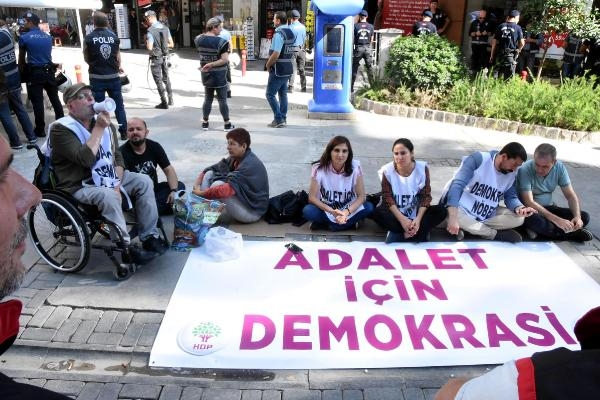 HDP'li 5 vekil, İzmir'de oturma eylemine başladı
