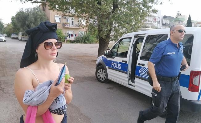 Yer: Antalya... Mahalleli ve polisi çileden çıkardı!.. Üzerindeki kıyafetleri çıkarıyor, evlerin bahçelerine dadanıyor!