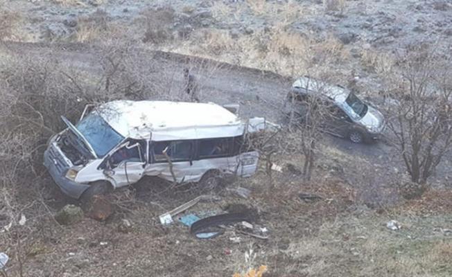 Hakkari'de minibüs şarampole yuvarlandı