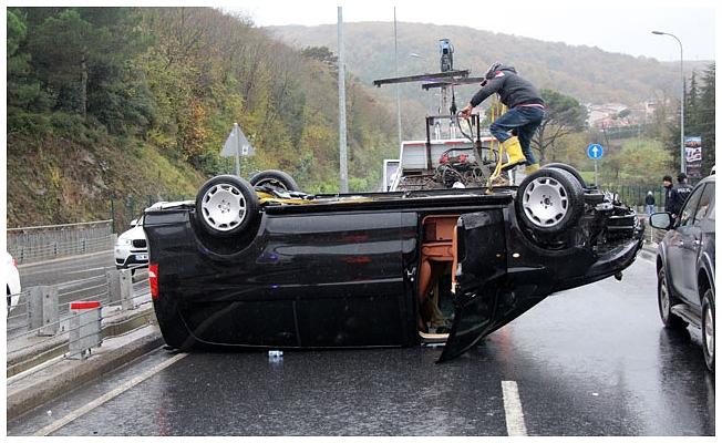 Sarıyer'de kayganlaşan yolda minibüs takla attı