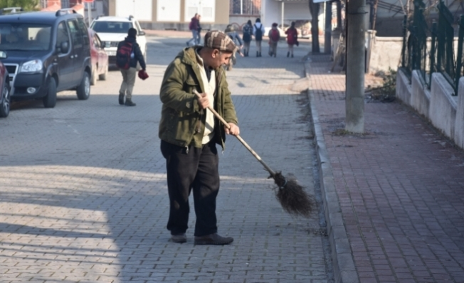 Okul yolunun gönüllü temizlikçisi