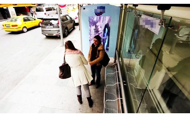 Otobüs durağında rezalet!
