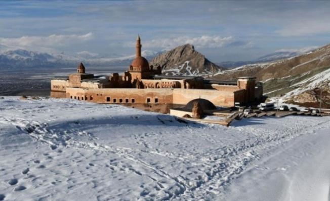 İshak Paşa Sarayı beyaz örtüyle kaplandı