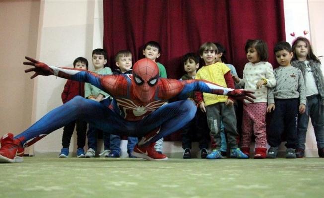 'Örümcek Adam' depremzedeli çocukların yanında