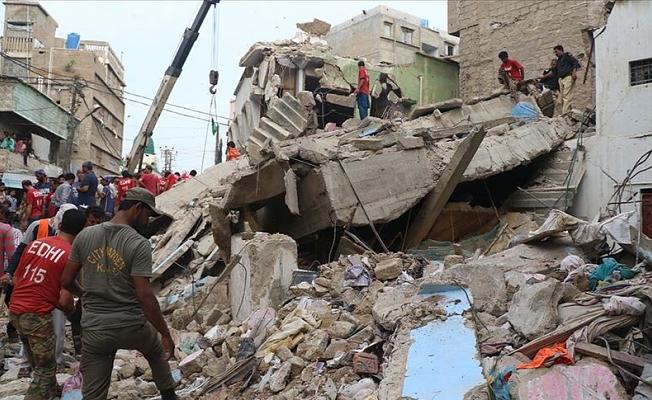 Pakistan'da 5 katlı bina çöktü