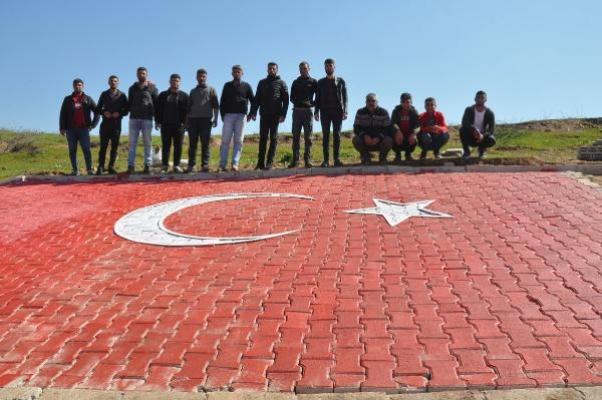 Dev Türk bayrağı Suriye sınırındaki tepede göz kamaştırıyor!