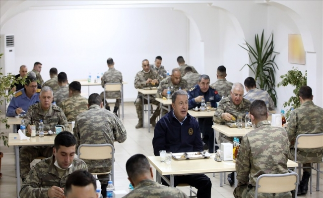 Bakan Akar ve komutanlar Ramazan'ın son iftarını sınırdaki komandolarla yaptı
