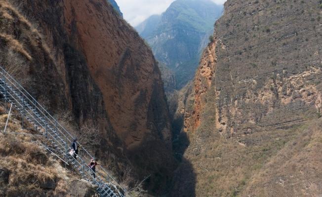Çin'de 800 metrelik uçurumun yamacında bulunan köy tahliye edildi