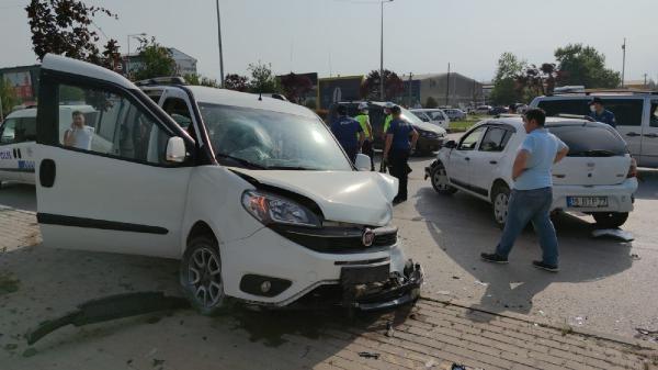 İnegöl'de otomobille hafif ticari araç çarpıştı: 5 yaralı