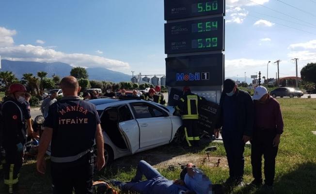 Otomobil benzin istasyonu tabelasına çarptı: 1 ölü, 2 yaralı