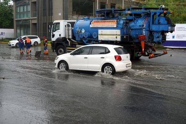 Kağıthane'de sağanak yağış sonrası Cendere Yolu dereye döndü