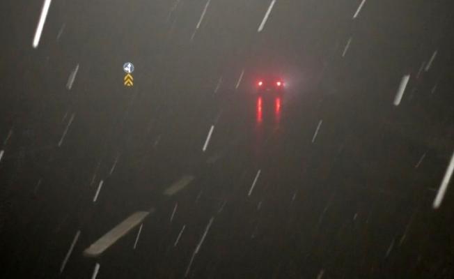 Ağrı'da etkili olan kar ve sis sürücülere zor anlar yaşattı