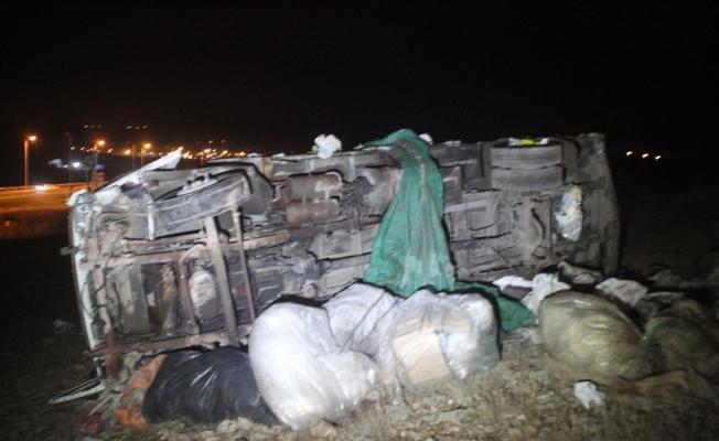 Otomobille çarpışan kamyonet şarampole devrildi: 2 ölü, 4 yaralı