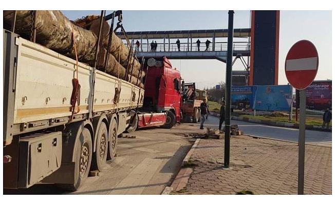 Bursa'da tırla ticari araç çarpıştı: 2 yaralı