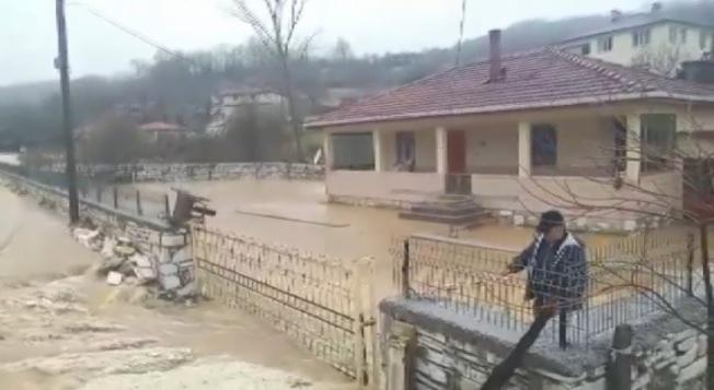 Bursa'da taşan sular köyü bastı.