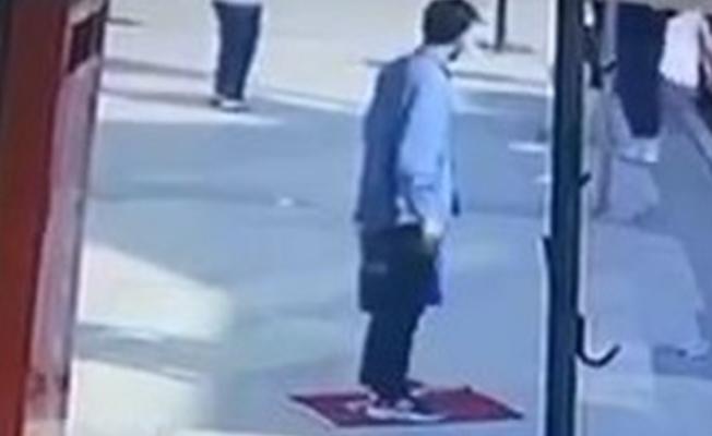 Bursa'da Türk bayrağını yere serip üzerine bastı, gözaltına alındı!