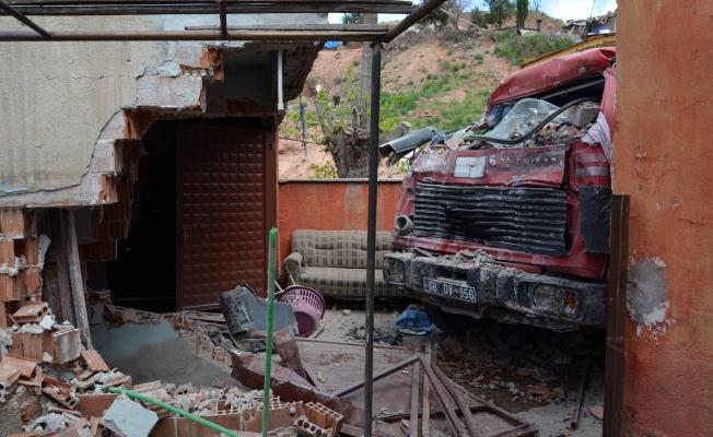 Freni boşalan kamyon evin bahçe duvarını yıktı, çocuğa çarptı