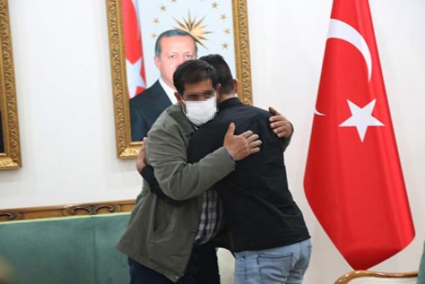 HDP önündeki evlat nöbetinde 25'inci kavuşma