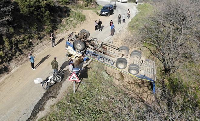 İş makinası taşıyan kamyon devrildi, kazada 2 kişi yaralandı