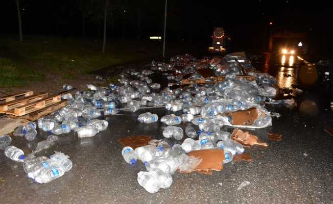 TIR, park halindeki beton mikserine çarptı, su şişeleri yola savruldu