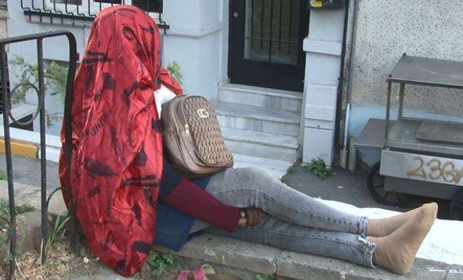 Gizemli Afrikalı kadın; 5 gündür oturduğu duvardan kalkmadı