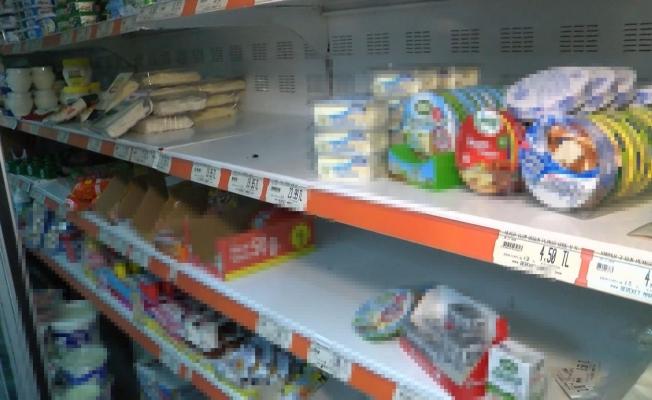 Markete giren hırsızlar, 30 bin liralık ürünle beraber sadaka kutusunu dahi çalmışlar