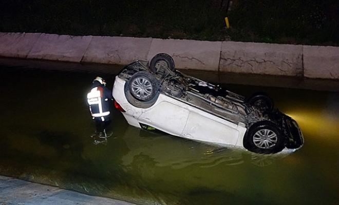 Otomobille sulama kanalına uçtu