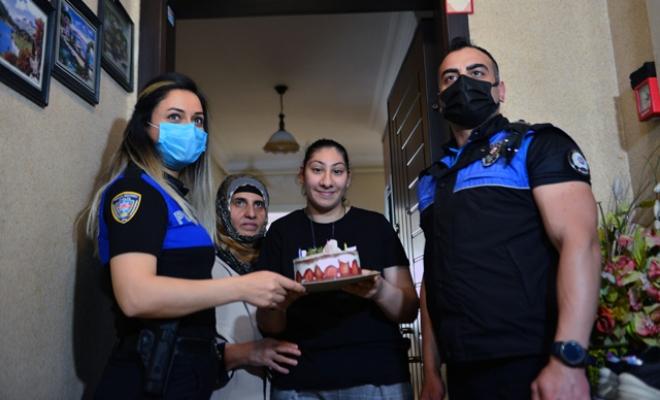 Polisten, sokağa çıkamayan genç kıza doğum günü sürprizi