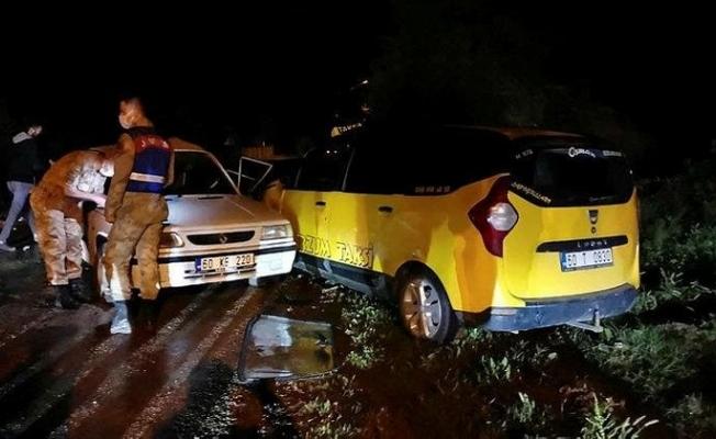 Taksi ile otomobil çarpıştı: 6 yaralı