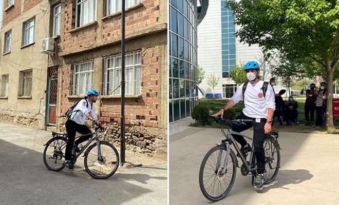 Yol verin bisikletli doktor geliyor