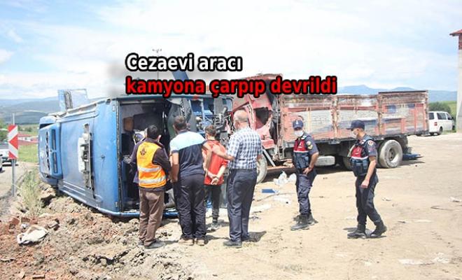 Cezaevi aracı, kamyona çarpıp devrildi: 5'i asker, 3'ü mahkum 10 yaralı