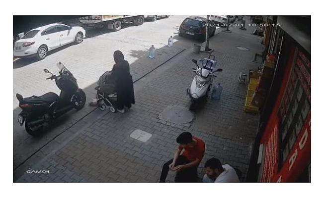 Dalgın anne, bebek arabasındaki çocuğunu yola düşürüp üstüne bastı