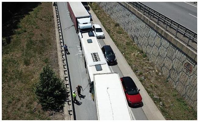 İETT otobüsü 2 TIR'ın arasında kaldı: 3'ü çocuk 4 kişi yaralandı