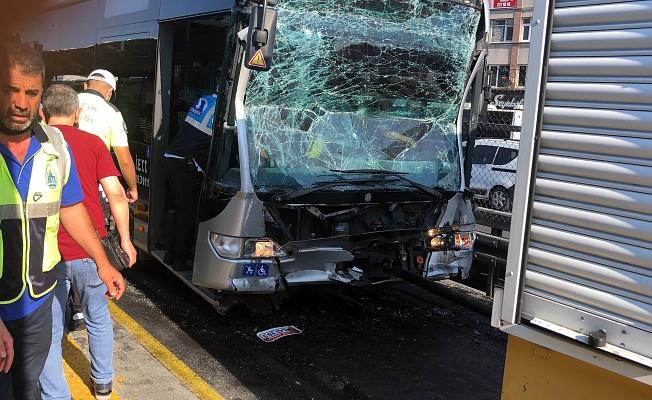 İki metrobüs çarpıştı: 25 kişi yaralandı