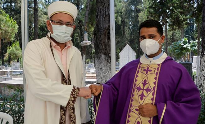Katolik lider, üç semavi dinden vatandaşların defnedildiği mezarlıkta bayramlaştı