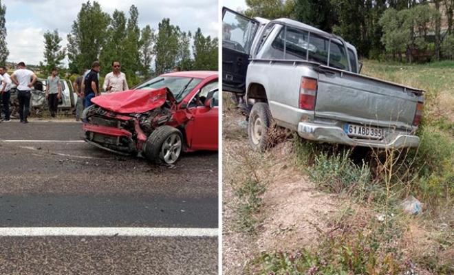 Otomobil ile kamyonet kafa kafaya çarpıştı: 1 ölü, 3 yaralı