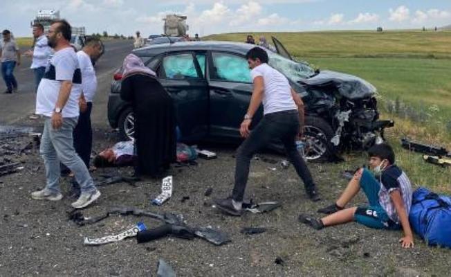 Otomobiller kafa kafa çarpıştı: 9 yaralı