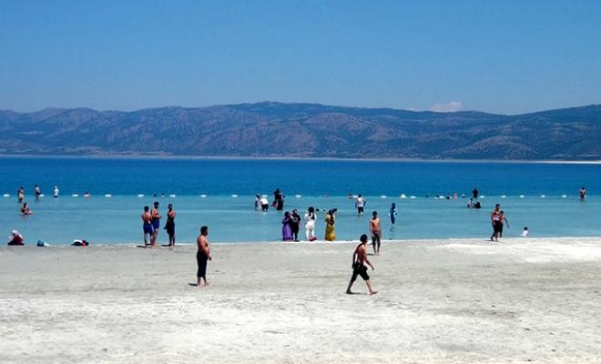 Yasağa rağmen Salda Gölü kıyısında nargile içip, çamur banyosu yaptılar