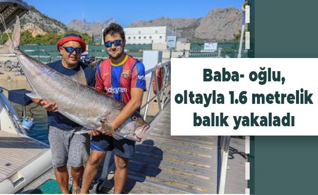 Baba- oğlu, oltayla 1.6 metrelik balık yakaladı