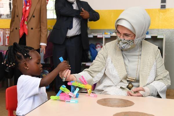 Emine Erdoğan, Togo'da Maarif Vakfı okulunu ziyaret etti