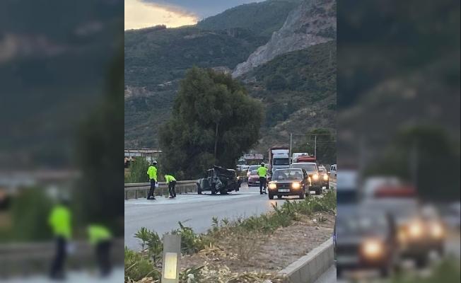 Minibüs ve kamyonet ile çarpışan otomobil alev topuna döndü: 2 yaralı