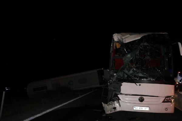 Nevşehir'de 2 otobüs ile çekicinin çarpıştığı kazada 40 üniversiteli yaralandı(2)- Yeniden