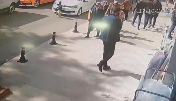 Otomobilin yola fırlayan çocuğa çarptığı kaza kamerada