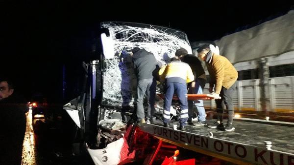 Yolcu otobüsü TIR'a arkadan çarptı: 2'si ağır 12 yaralı