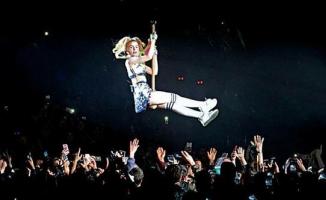 Aleyna 18 oldu, sahneye uçarak girdi